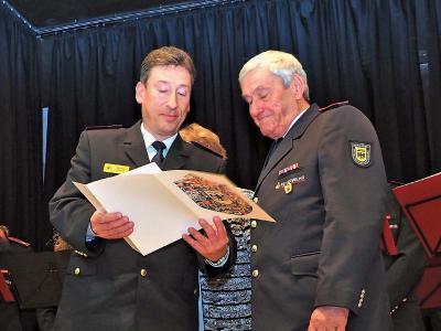 KFV-Vorsitzender Klaus Haug ernennt Eberhard Brosi zum Ehrenmitglied.