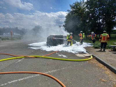 B2 Feuer/ Rauch PKW - BAB 81 Mundelsheim >> Leonberg, Parkplatz Kälbling - 25.07.2020