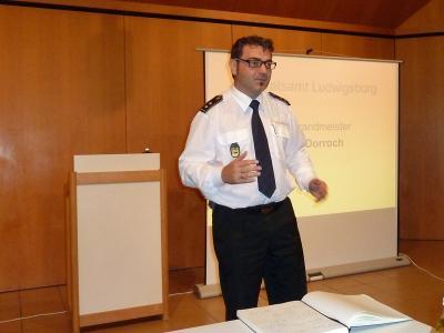 Kreisbrandmeister Andy Dorroch berichtet über die Abläufe bei der Ausbildung.