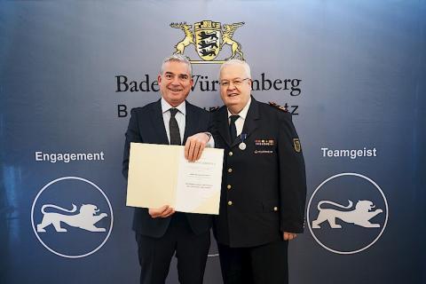 Innenminister Thomas Strobel ehrt Dr. Frank Knödler...