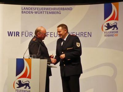 Gerhard Lai gratuliert seinem Nachfolger Michael Wegel zur Wahl