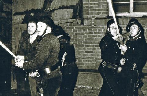Feuerwehrleute am Schlauch